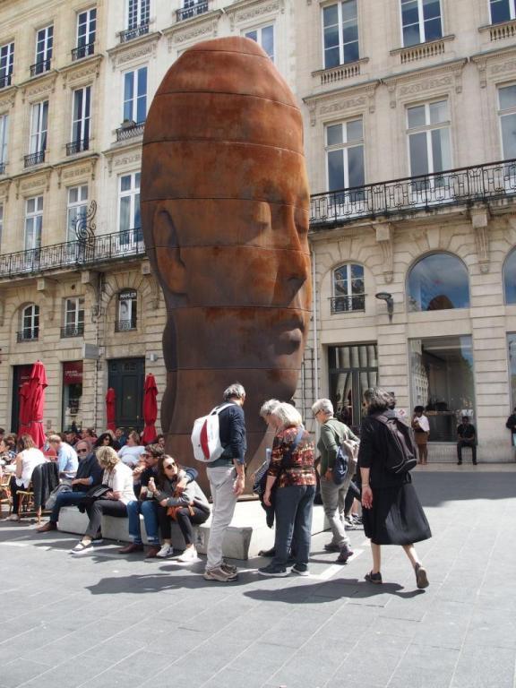 Sculpture sur la place de la Comédie